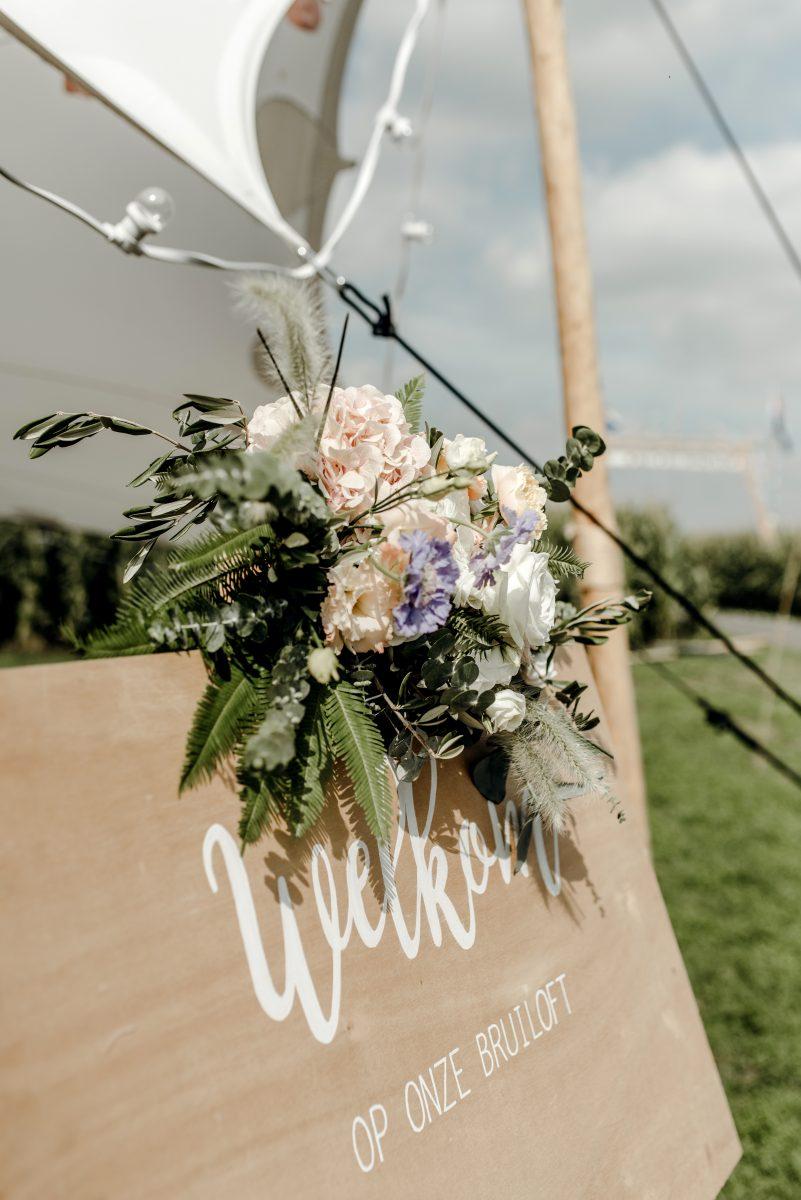 Bloemen als tafeldecoratie op je bruiloft